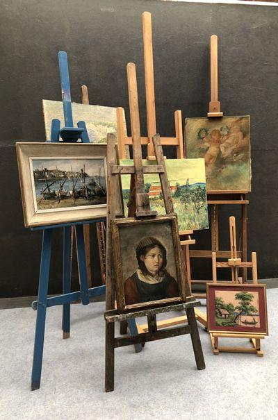 Vu de différents tableaux en cours de restauration, avec un portrait une marine, un paysage et une scène religieuse